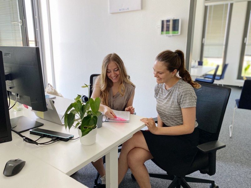Lea and UX Designer Gülce working together